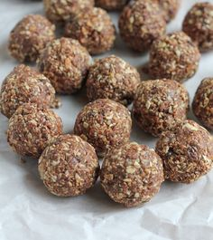 No Bake Almond Energy Bites! So easy to make and delicious! Pack these for a weekday snack and avoid the vending machine at work! Snack Recipes, Dessert Recipes, Cooking Recipes, Healthy Recipes, Healthy Desserts, Snacks For Work, Healthy Work Snacks, Healthy Food, Healthy Choices