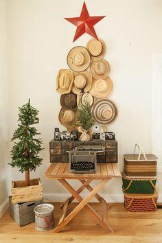 Árbol de navidad hecho con sombreros