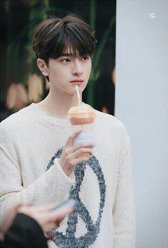 Isn't he is a person from matching cats? Pretty Boys, Cute Boys, Beautiful Boys, Lotte World, O Drama, Cute Asian Guys, Asian Babies, Cha Eun Woo, Cute Actors