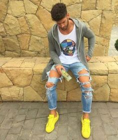 """As calças jeans destruídas (""""Destroyed Jeans""""), trazem um toque de estilo e atitudade para o look masculino. Se inspire!"""