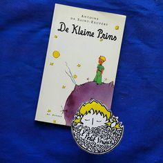 Günaydın.  Gün 8. Hollandaca: Die Kleine Prins  1951 yılında Laetitia de Beaufort-van Hamel çevirisiyle Ad. Donker tarafından Rotterdam'da basıldı.  #kucukprens #küçükprens #hergün1küçükprens #lepetitprince #theittleprince #elprincipito  #opequenoprincipe #derkleineprinz #ilpiccoloprincipe #b612 #koleksiyon #collection #kitap #kitapokuma #exupery #kitapokumak #kitapkurdu #reading  #kucukprensmuze #küçükprensmüzesi #küçükprensmüze #hollanda #netherlands #hollandaca #dutch