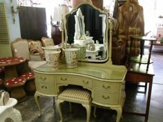 This dressing table would make putting makeup on the morning so lovely :)