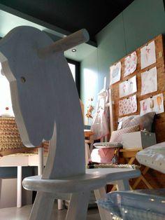 #mercadoloftstore #umseisum #porto #furniture #brinquedo #brinquedodecriança #criança #cavalinho #cavalinhodemadeira #cortiça #tapete #almofada #lavandiska #materials #decor #store