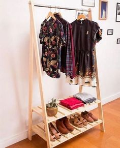 Wooden Pallet Pallet cloth hanger - Home renovation demands durable and reliable pallet storage projects. Home decor is an integral part which makes your home looks like a splendid place to live. Unique Home Decor, Home Decor Items, Ikea Regal, Pallet Storage, Wood Storage, Rack Design, Design Design, Pallet Furniture, Wood Pallets