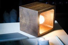 Houten lamp met eenvoudige functioneel ontwerp. U kunt elke zijde als basis gebruiken en instellen van een direct licht op verschillende manieren. Wij gebruiken alleen recycling hout, geen bomen werden berokkend in het maken van dit product :)  Massief blok van eik met accent op natuurlijke houtstructuur. Gepolijst en vloeiend gemaakt door handen met behulp van duurzaam veilige materialen voor de beste weerstand, en natuurlijke wax te maken een perfect glanzend oppervlak. Mooi design ding…