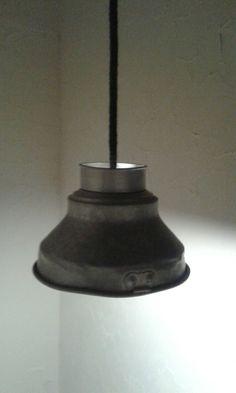 Lamp gemaakt van een oude  melkzeef met gebreid snoer....dit laatste kan ook weer in alle kleuren van de regenboog.. Delare@live.nl
