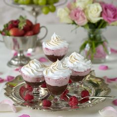 Three beautiful stock: chocolate, raspberry and meringue. Pudding Desserts, No Bake Desserts, Dessert Recipes, Bagan, Mousse, Desserts In A Glass, Hot Cocoa Recipe, Swedish Recipes, Eat Dessert First
