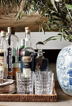 this is sort of what i was thinking for the mini bar - all together in a nice basket Tray Styling, Bar Cart Styling, Bar Cart Decor, Home Bar Decor, English Country Style, Country Style Homes, Bar Antique, Bar Sala, Drinks Tray