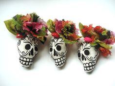 Broche Frida, Fleur, coeur et skull  En tissu coton imprimé pour le crâne, la fleur et la feuille sont en voile de coton fleuri.  Un coeur en plastiqu