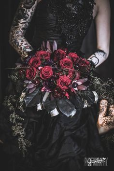 Goth gone LUXE with sparkle, faux fur, and rich reds at this goth wedding inspiration inspiration red Goth gone LUXE with sparkle, faux fur, and rich reds at this goth wedding inspiration Victorian Wedding Themes, Black Wedding Themes, Red Wedding, Wedding Shoot, Wedding Day, Black Weddings, Medieval Wedding, Gothic Wedding Ideas, Gothic Wedding Decorations