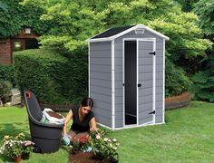 Mały domek na działkę: idealny do urządzenia w środku toalety lub do przechowywania najbardziej potrzebnych sprzętów ogrodowych