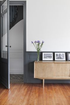grey trim + that sideboard. Décoration Mid Century, Mid Century Decor, Half Painted Walls, Living Room Decor, Living Spaces, Dining Room, Home Salon, Buffet, Interior Decorating