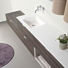 A bathroom with all the essentials. It is characterized by its modular structure, cleanliness and ease of use.