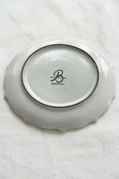 フランスBLANC D'IVOIREより素敵なプレートが入荷いたしました。まるでレースのような繊細で美しい模様が入っています。模様部分はは薄いグレーがかっており、全体にシックでとても素敵です。おもてなしの席や、特別な日のテーブルにきっとぴったり。こちらはパン皿。控え目な模様ですが、その分シンプルでとても使いやすそうです。取り皿としてもお使いいただけそうですね。
