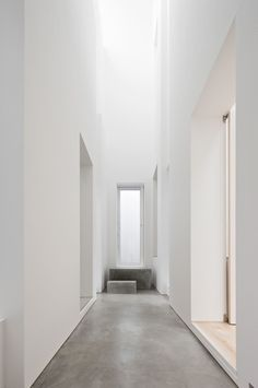 Architecture studio Jun Igarashi stunns us every time. Pure, all white facade of this house located in central zone of the city in Hokkaido, plays in tune with interior