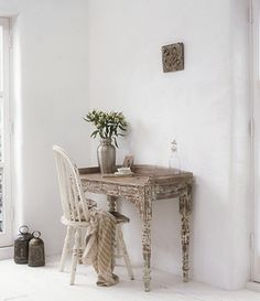 Muebles decapados y envejecidos { Scraped and aged furniture } Banquettes, Distressed Furniture, Painted Furniture, Distressed Desk, Interior Styling, Interior Design, Room Of One's Own, Rustic Table, Wood Table