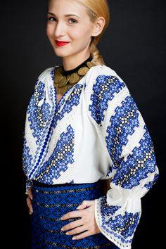 flori de ie Folk Costume, Costumes, I Am A Queen, Pencil Art Drawings, Classy Women, Ethnic Fashion, Sari, The Incredibles, Clothes