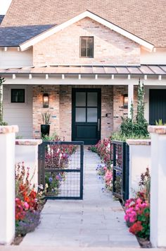 Unique Home Design & Cute Corners in Arcadia Phoenix AZ: Round 2 Arcadia Phoenix, Phoenix Arizona, Unique House Design, Modern Farmhouse Exterior, Contemporary Home Decor, Spanish Style, Decorating Blogs, Beautiful Homes, Beautiful Gardens
