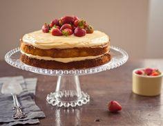 Naked cake de morango com duas camadas da Rita Lobo