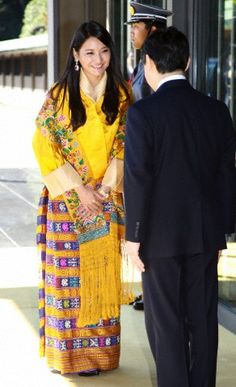 Bhutan's Queen Jetsun Pema Wangchuck meets Japan's Crown Prince Naruhito during a welcoming ceremony at the Imperial Palace in Tokyo 16 Nov 2011