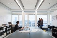 The newly furnished and downscaled office of SSA Architekten in East Basel is located in the former administration building of Thomy + Franck. In a visionary spirit, recipes were developed here that are indispensable in many a kitchen nowadays. This tradition of foresight also played a central role in the selection of the lighting solution. The perfect lighting solution for the shiny white work and presentation rooms was realised with the Purelite specially developed by Peter Steinmann.