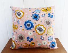 Housse de coussin 40 x 40cm Tissu Fleurs et Papillons rose, bleu et moutarde…