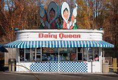 Dairy Queen, when the logo was a Dairy Queen. an Eskimo Queen. 50s Diner, Vintage Diner, Vintage Ads, Vintage Signs, Vintage Photos, Restaurant Signs, Vintage Restaurant, Kiosk, American Diner