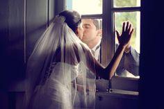 """""""Sem barreiras para o amor"""", do fotógrafo Gustavo Reis foi a vencedora na categoria geral do 1º Concurso Fotografia de Casamento em 2012. Hera, Concert, Wedding, Wedding Photography, Amor, Pictures, Valentines Day Weddings, Recital, Weddings"""