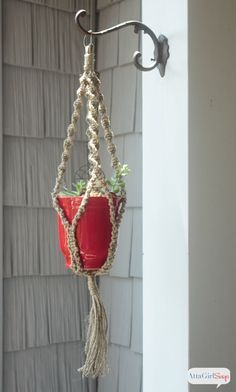 Retro Inspired DIY Macrame Plant Hanger If you love a good throwback craft, then step back in time to the with me and learn how to make a macrame plant hanger using jute twine. I was all about macrame in Macrame Hanging Planter, Macrame Plant Holder, Plant Holders, Hanging Plants, Macrame Plant Hanger Patterns, Free Macrame Patterns, Craft Patterns, Macreme Plant Hanger, Plant Crafts