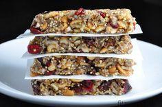 """Tieto superfood tyčinky v sebe ukrývajú takzvané """"superpotraviny"""", ktoré vám dodajú množstvo zdraviu prospešných látok a hodnotnej energie. Zoberte si ich so sebou na výlet, túru, či len tak do práce a školy a energia vám rozhodne chýbať nebude. Ingrediencie (na 8 ks): 2 banány 3 PL chia semienok 2 PL mletých ľanových semienok 1/2 […] Sin Gluten, Superfoods, Chocolate, Food And Drink, Tasty, Sweets, Beef, Breakfast, Cake"""