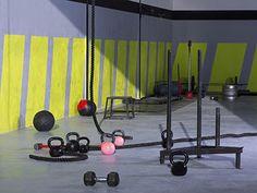 Box de Cross Training par Bull Training Kettlebell, Home Sport, Wind Turbine, Crossfit, Gym Equipment, Challenges, Exercise, Wall, Studio