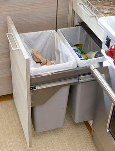 A melhor solução para o lixo da cozinha! Além de ficar escondido, os cestos podem ser maiores e separados por recicláveis e orgânicos! Para soluções em organização como essa, contrate a Brinco de Casa! www.brincodecasa.com #personalorganizer