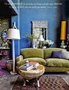 Olive green velvet sofa and bright blue walls in sumptuous living room interior. Blue Rooms, Blue Walls, Room Inspiration, Interior Inspiration, Turbulence Deco, Interior And Exterior, Interior Design, Deco Boheme, Green Sofa