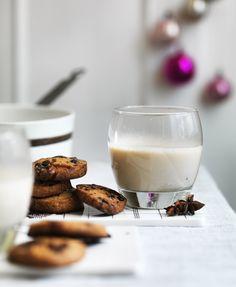 Chai-latte er den er perfekte vintervarmer med sine ekostiske krydderier som kanel, kardemomme og allehånde. Her får du en nem opskrift på, hvordan du laver selv laver den skønne krydderte.