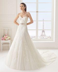 Vestido de renda e tule com brilhantes, em cor natural. Vestido de renda e tule com brilhantes, em branco.