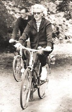 On August Marilyn Monroe and Arthur Miller are seen riding a bicycle in the Windsor Park. Marilyn has the bike that English offered her during the Press Conference a month earlier. Fotos Marilyn Monroe, Marylin Monroe, Bicicletas Raleigh, Katharine Ross, Paris Match, Cycle Chic, Norma Jeane, Old Hollywood, Hollywood Icons