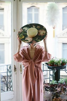 Two-piece dress and medium flowers wooden hat. Retro Fashion, Boho Fashion, Girl Fashion, Vintage Fashion, Fashion Outfits, Fashion Design, Couture Fashion, Two Piece Dress, Classy Women