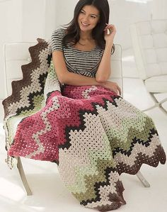 Free on Ravelry - Rosehill Cottage Afghan, de Sarah Zee. http://www.ravelry.com/patterns/library/rosehill-cottage-afghan •✿•Teresa Restegui http://www.pinterest.com/teretegui/ •✿•✿•