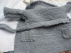 Encore un modèle fabriqué à l'instinct, avec seulement une pelote de laine, un mètre, la miss, et 2 aiguilles, et un crochet. Je ne me casse pas la tête tout est en point mousse,( quoique là, j'ai fait un effort en prenant un crochet)..et en rectangles...