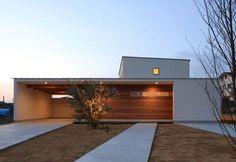 這是建築師 山田茂宏 的設計作品,位於岐阜県郊外地區的這個注文住宅,由於是新興住宅區,地價較為便宜,屋主買下寬廣的基地後,希望打造開闊具穿透感的現代住家。強調健康素材的選用,並利用地暖設備讓冬日屋內也維持恆溫,強化居住的舒適性。  via株式会社SYNC