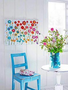 Schilderij met gehaakte bloemen. Leuk idee!