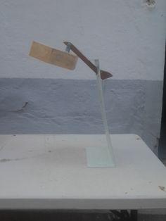 lampara de reciclaje . antigua percha ,caja de madera  ,chapa y  muelle artesanal