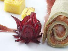 Rotolo di crepe farcita con salmone e fiore di ibisco, dadini di polenta, vinaigrette al fiore di ibisco.