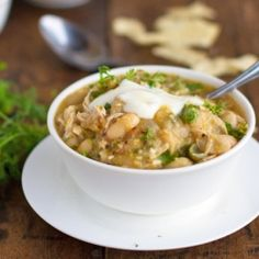 White Chicken Chili - thick, creamy, and super filling with less than 200 calories per serving. Oh yum. Chili Recipes, Soup Recipes, Chicken Recipes, Dinner Recipes, Cooking Recipes, Healthy Recipes, Healthy Chili, Healthy Dinners, Holiday Recipes