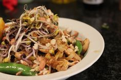 Delicious and yummy pad Thai with courgette noodles! Main Meals, Noodles, Delish, Salt, Ethnic Recipes, Food, Macaroni, Essen, Salts