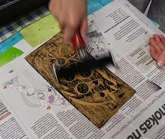Kontaktimuovista tehdyt painolaatat ovat olleet yksi minun kuvataidetuntien lempiaihe. Aluksi tehdään pientä näpertelyä vaativaa työtä ja ih... Art Lessons, Cards, Anna, School, Color Art Lessons, Maps, Art Education, Playing Cards