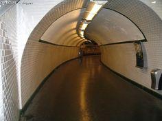 Ancien tunnel de la station Martin Nadaud, transformé en couloir de correspondance de Gambetta entre les lignes 3 et 3bis.
