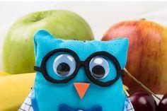 Tolle Geschenkideen für die Einschulung zu haben, ist gar nicht so einfach. Wir haben sie gesammelt und zeigen Euch, wie man eine Recheneule selber näht. Round Sunglasses, Simple, School Children, Back To School, Entering School, Owls, Sewing Patterns, Round Frame Sunglasses