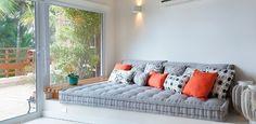 No living criado por Macedo e Martin Arquitetura, o futon dá um clima descontraído