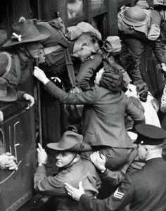 Una mujer es levantada mientras se despide de un soldado antes de partir a combate en la Segunda Guerra Mundial, 1940